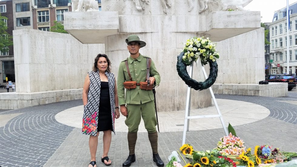 2020 Herdenking Priscilla with soldier in KNIL uniform