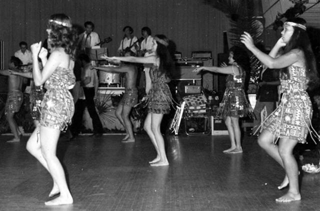 Indo Luas at De Soos in Southern California, Maureen de Schepper on left - 1974