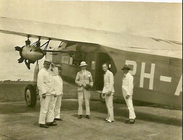The Fokker-made airplane was the first one that flew, directly overland from the Netherlands to the Dutch East Indies, flown by pioneer pilot Willem Marie Okko Anne Beekman who took this picture, just before taking off for a flight over Bandung with Opa and his son Frederik Ockerse , second from right